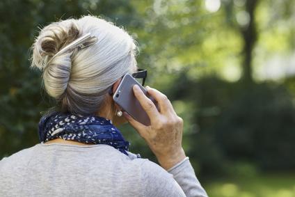 ltere Frau mit Handy